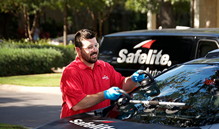 safelight employee replacing windshield